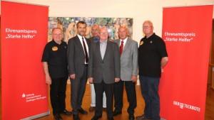 MdB Michael Hinnrich (2.v.r.) gratuliert N. Kugel