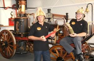 Norbert Kugel (links) mit der Dampfspritze